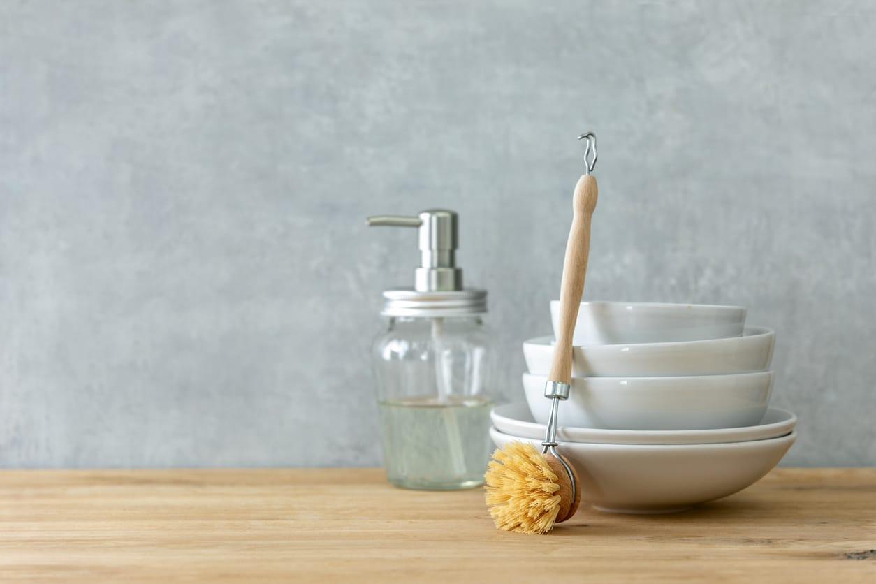 liquide vaisselle flacon naturel assiettes brosse savon