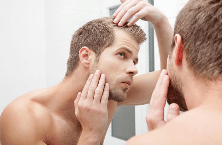 calvitie cheveux homme salle de bain