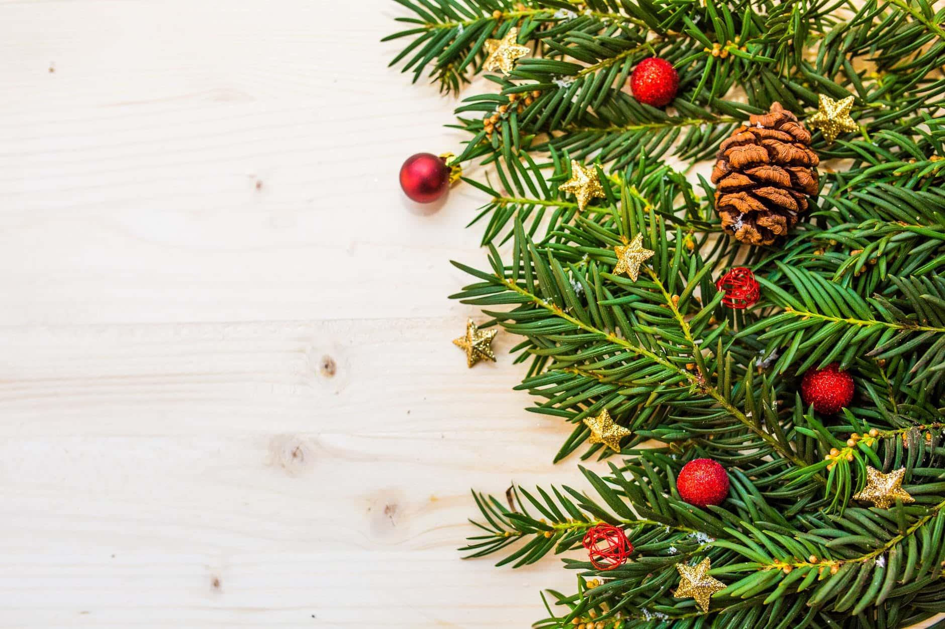 sapin de Noël après les fêtes aiguilles décorations boules