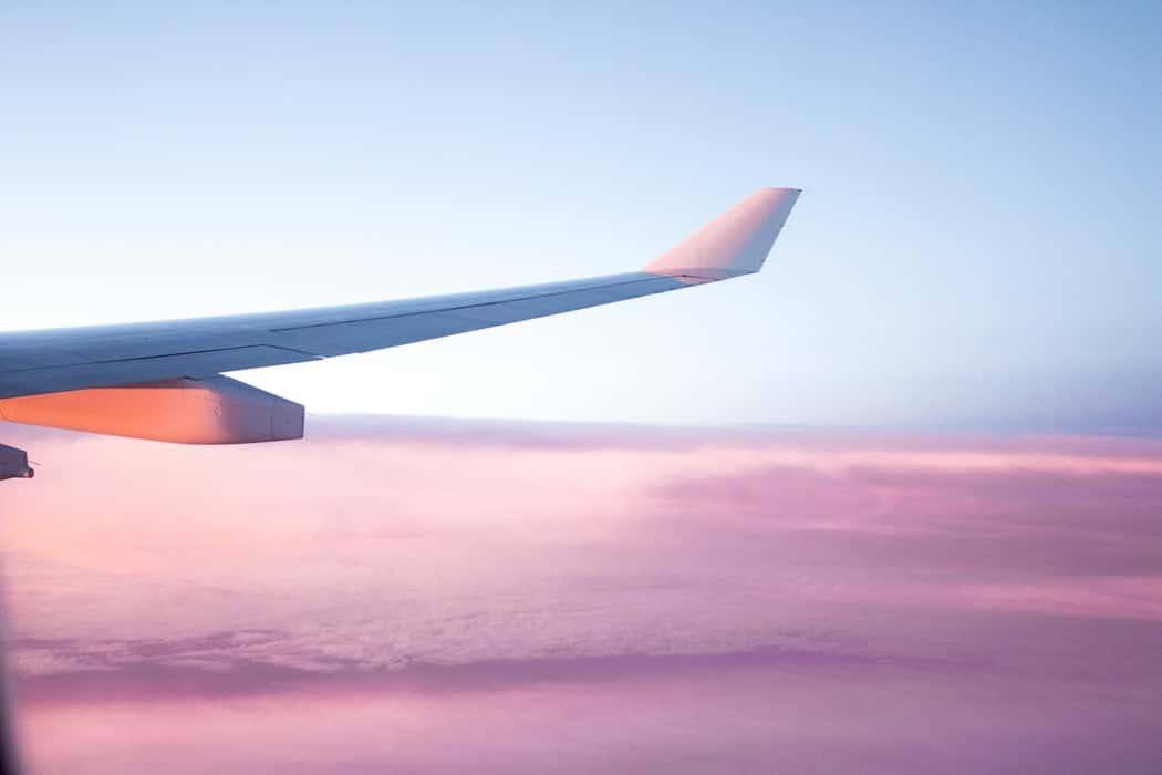 avion aile ciel rose compenser empreinte carbone voyager zéro déchet