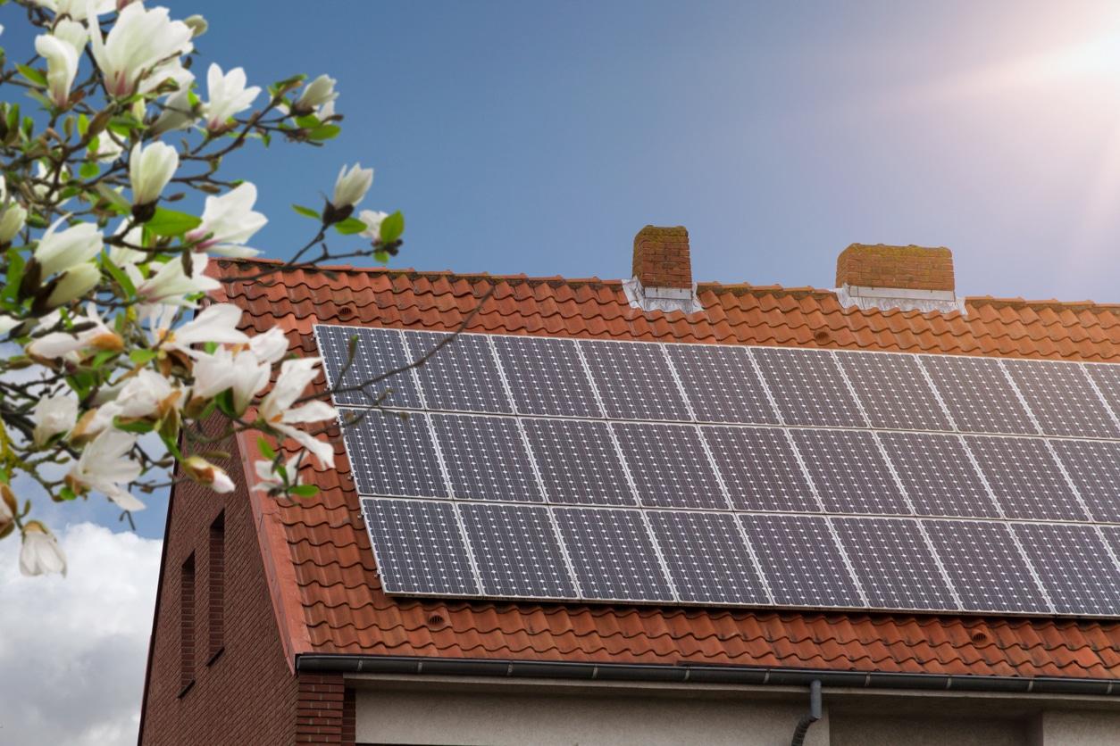 maison écologique panneaux solaires