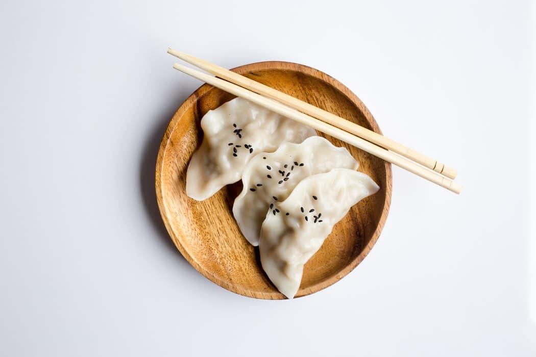 assiette en bois plat asiatique nouilles repas