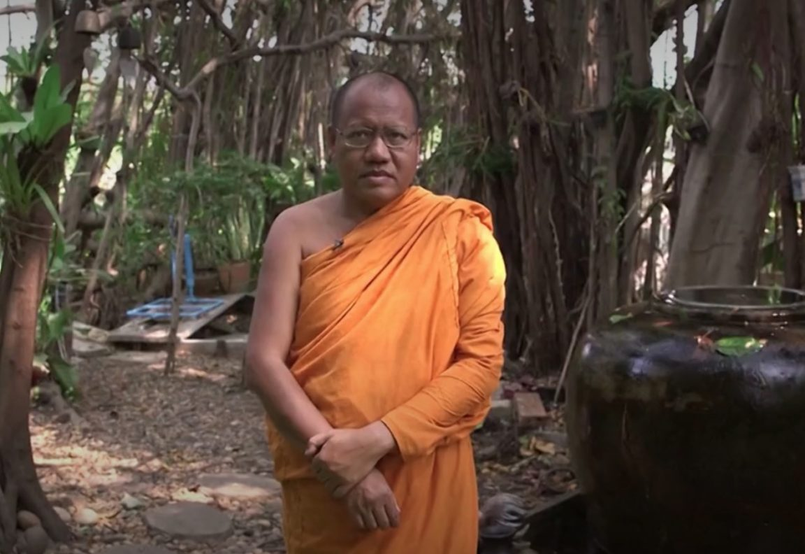 Thaïlande moines bouteilles plastique
