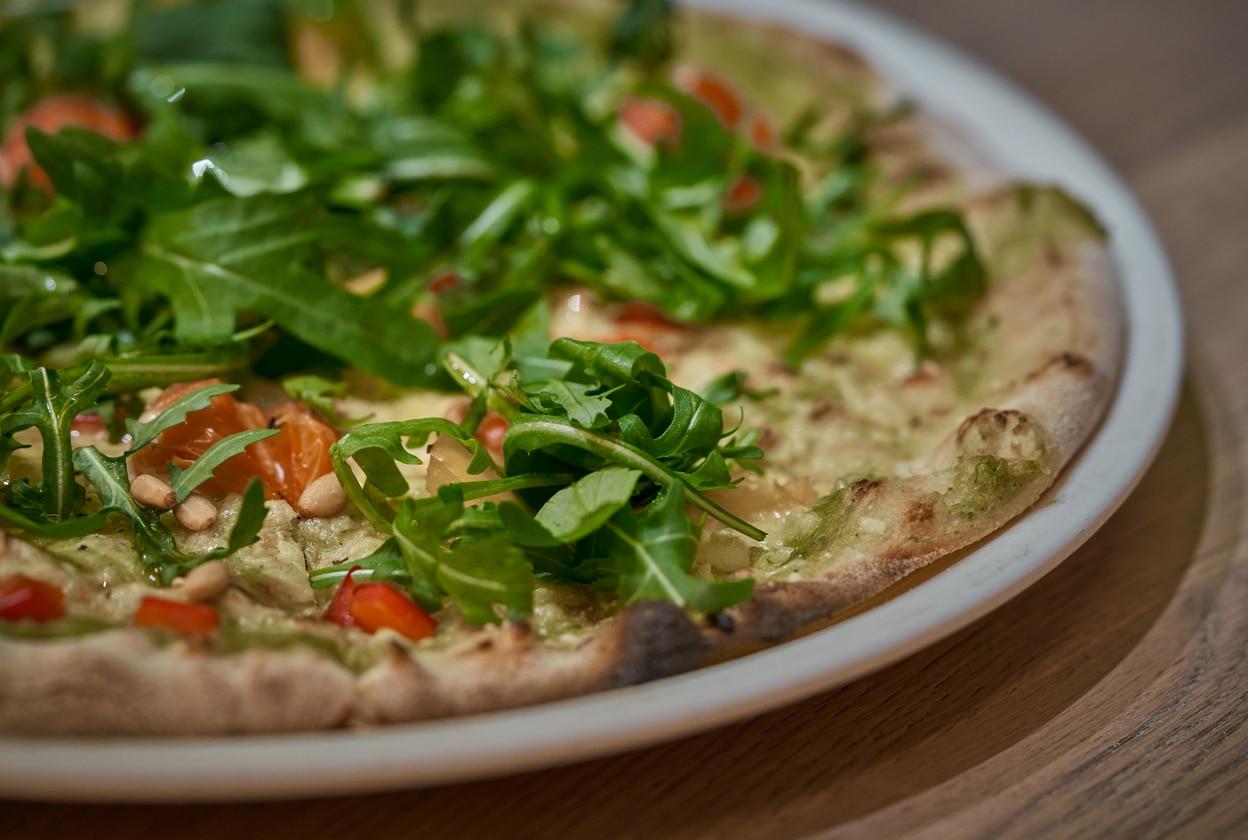 Pizza légumes sans gluten roquette plat