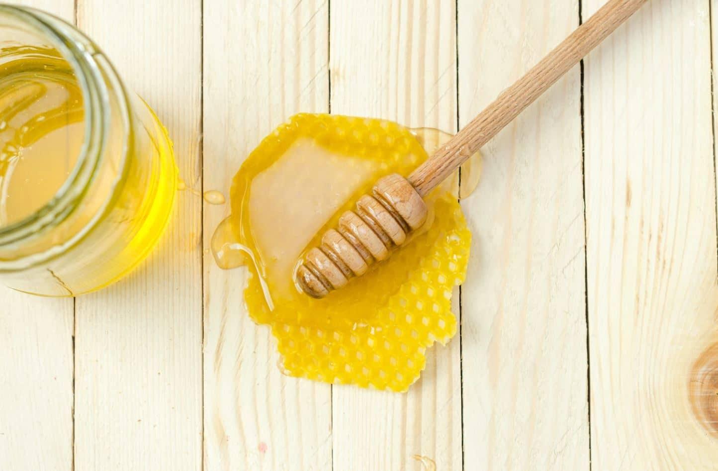 miel cuillère bois bienfaits abeilles