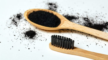 charbon actif bienfaits laver dents poudre brosse