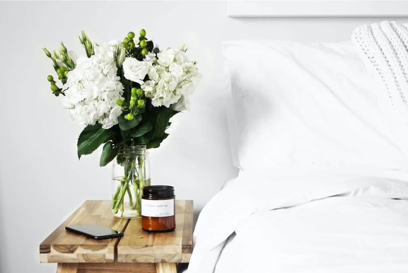 chambre lit draps fleurs bougie astuces déco écologiques