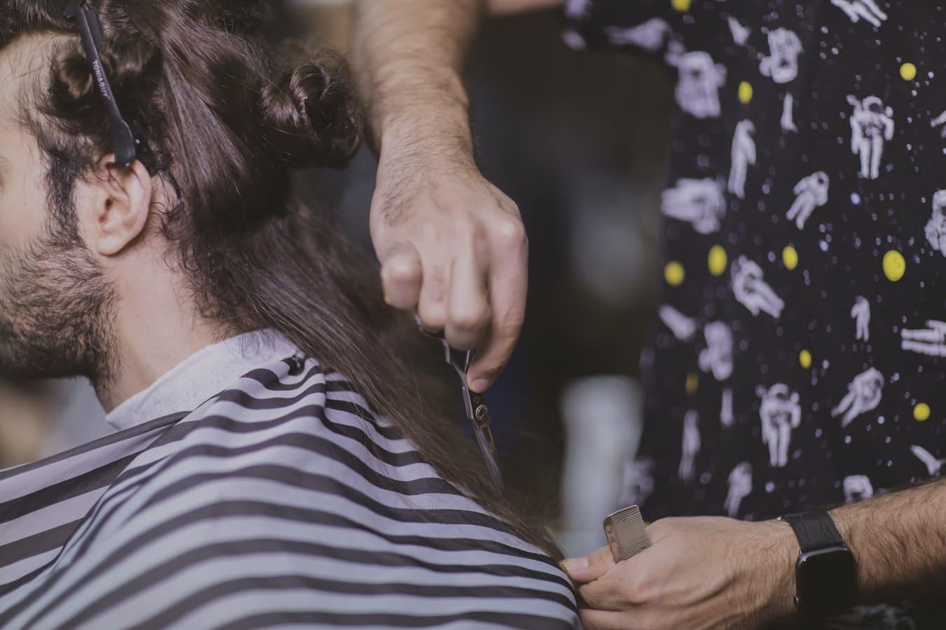 couper pointes cheveux barbier