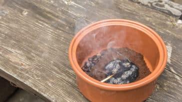 astuces contre les moustiques répuslif naturel marc de café fumée