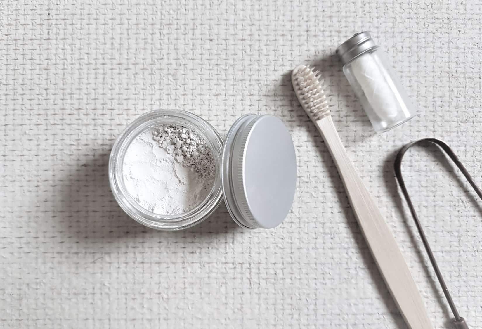 dentifrice en poudre brosse gratte langue fil dentaire