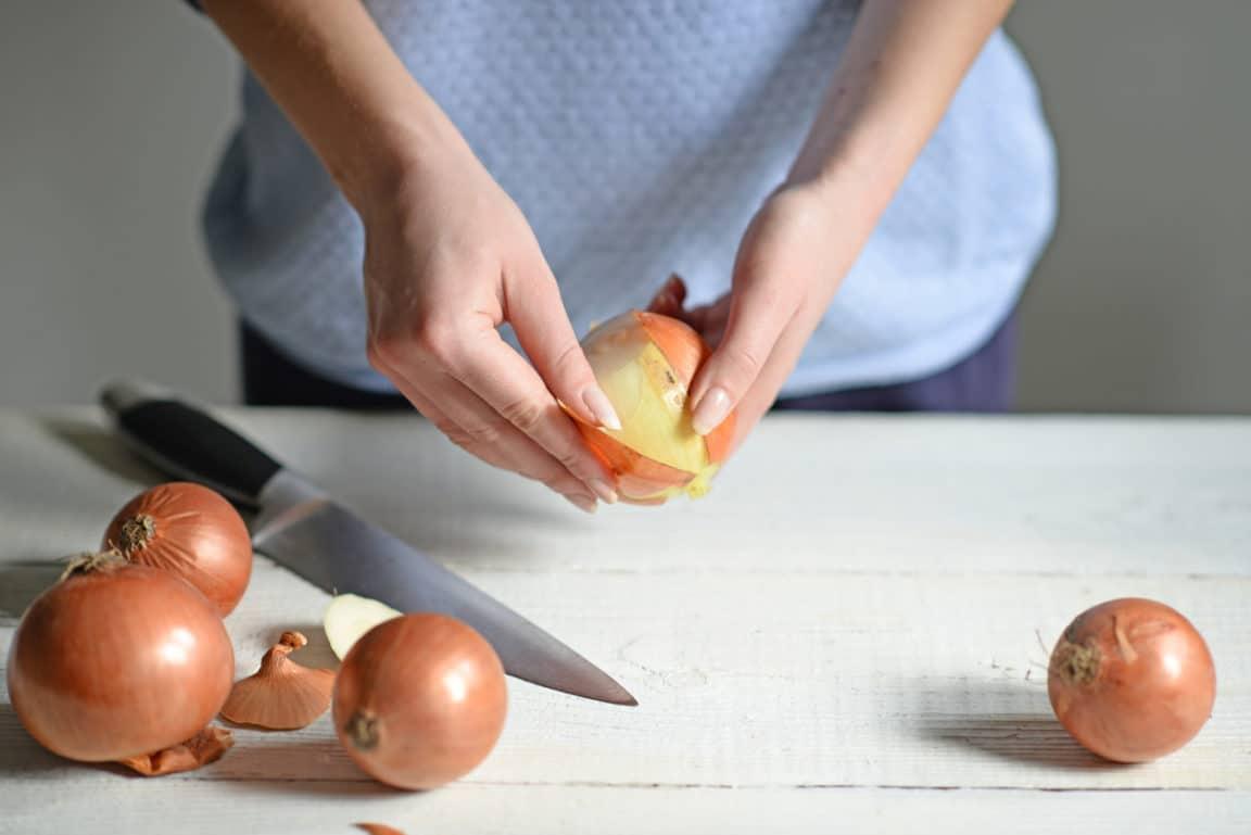 épluchures pelures oignons émincer couper cuisine peles condiment