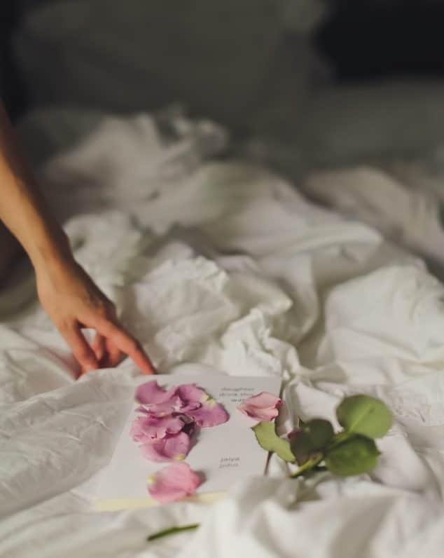 pétales de rose lit déco romantique