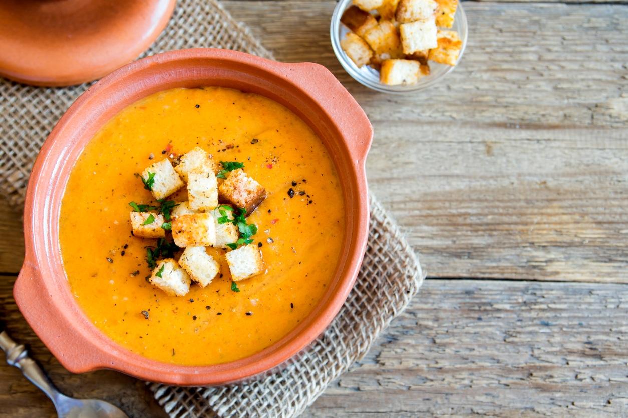 soupe de légumes croutons pain rassis recycler