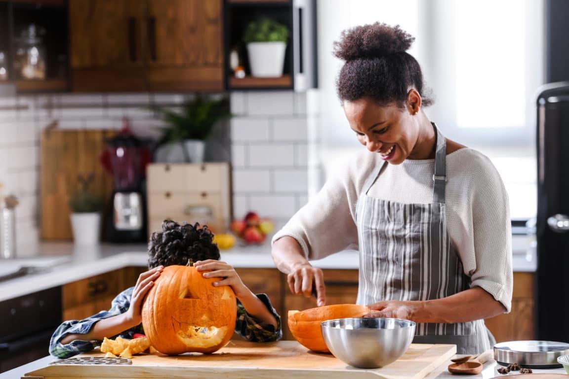 mère fils Halloween citrouille enfant cuisine