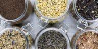 feuilles séchées fleurs thés infusions maison tisanes bocaux