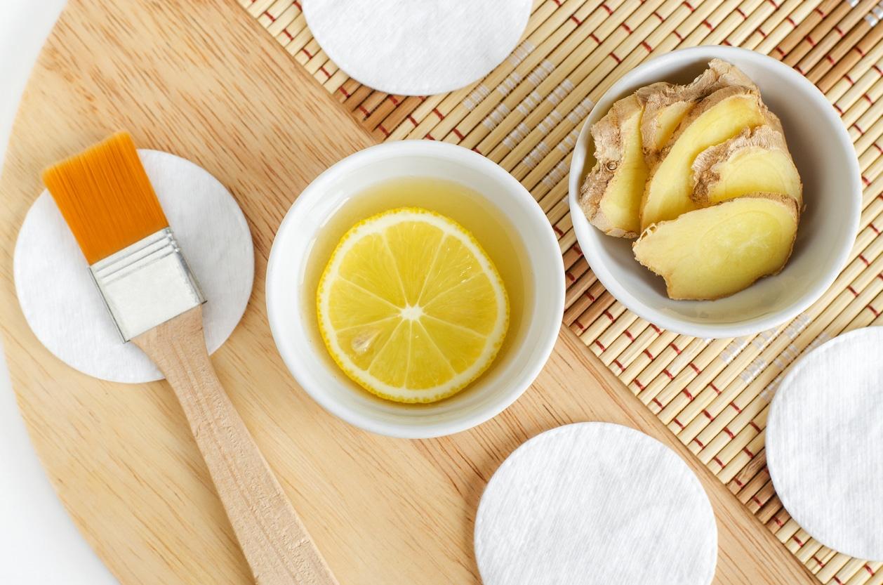 tranches de gingembre pinceau bois jus de citron cheveux