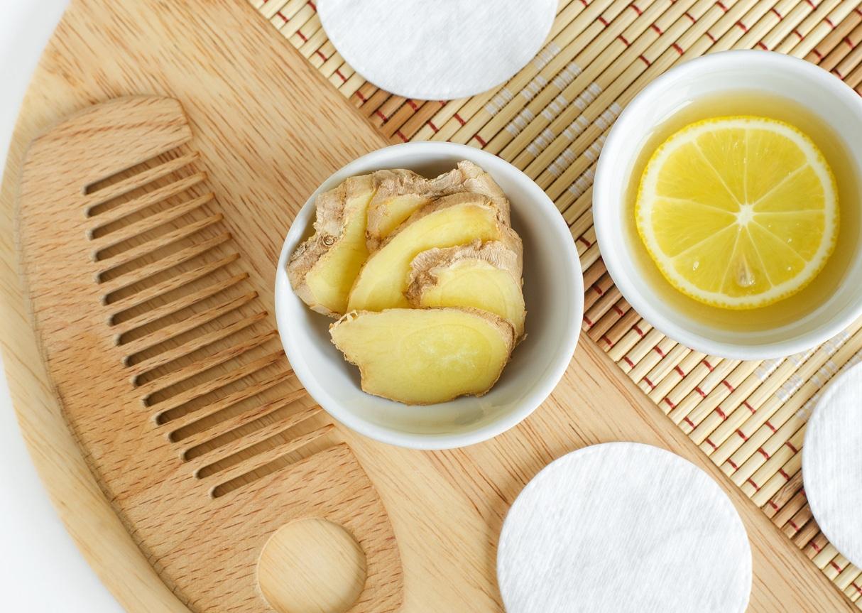 tranches de gingembre peigne bois jus de citron cheveux colorations capillaires naturelles