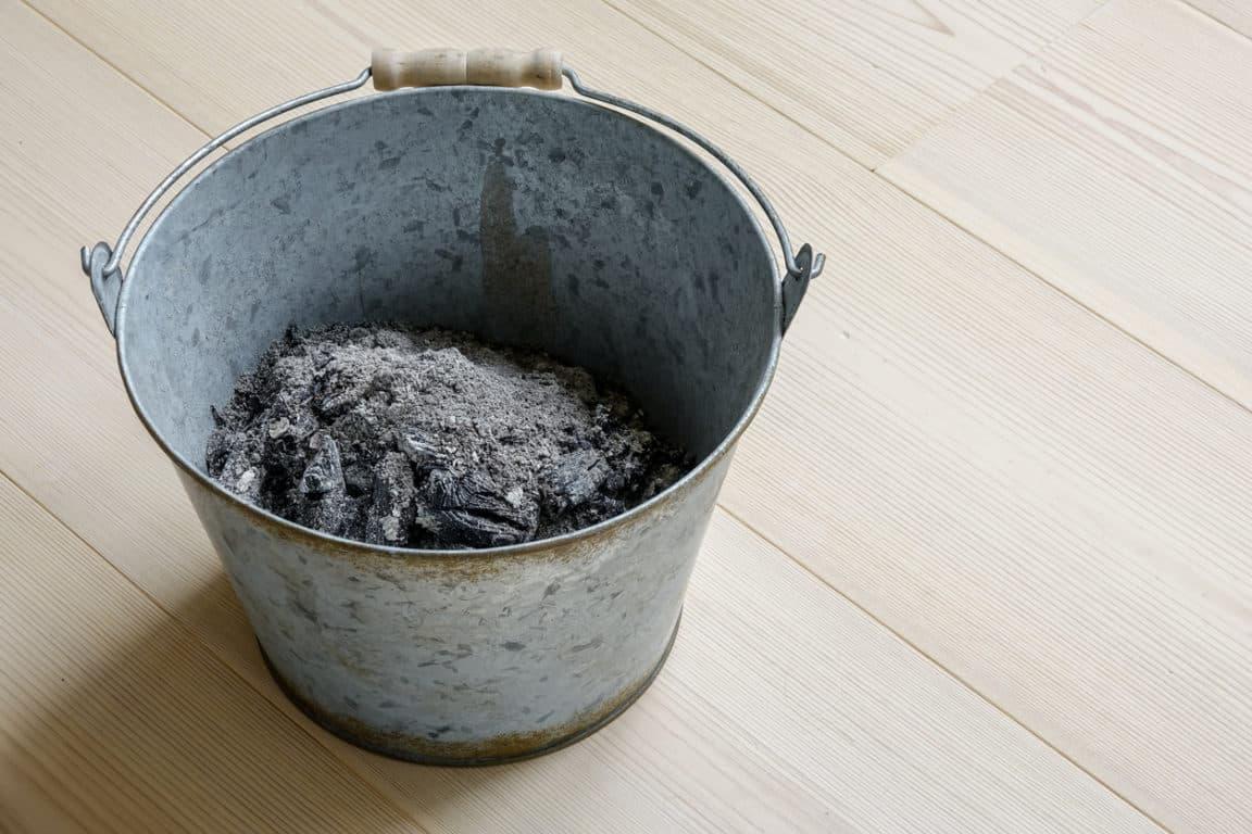 seau cendres de bois composter astuces recycler cheminée