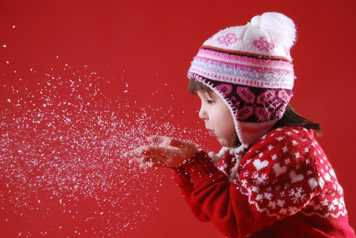 enfant souffler neige artificielle fausse Noël