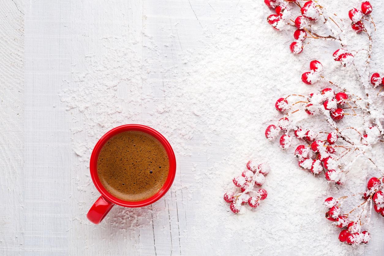 tasse café chocolat chaud hiver baies fausse neige