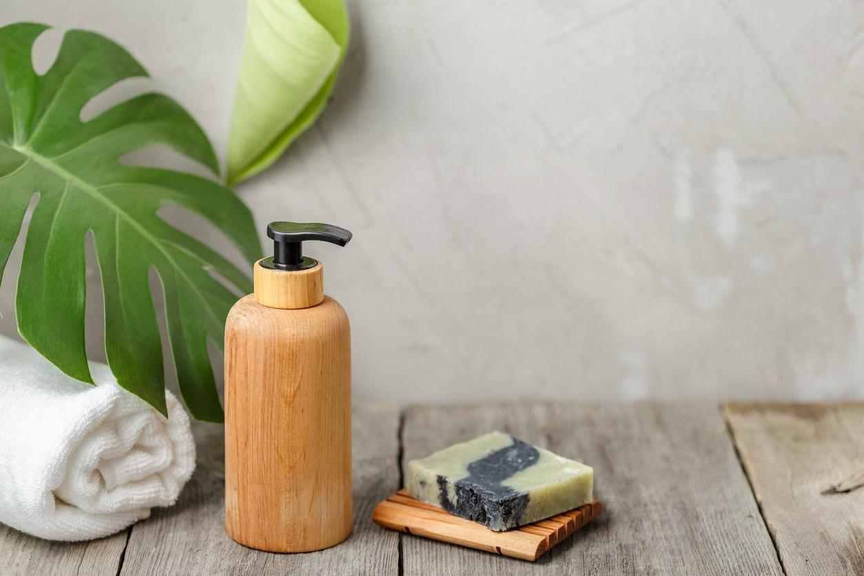 flacons distributeur bois savon shampoing recette maison naturel hydratant