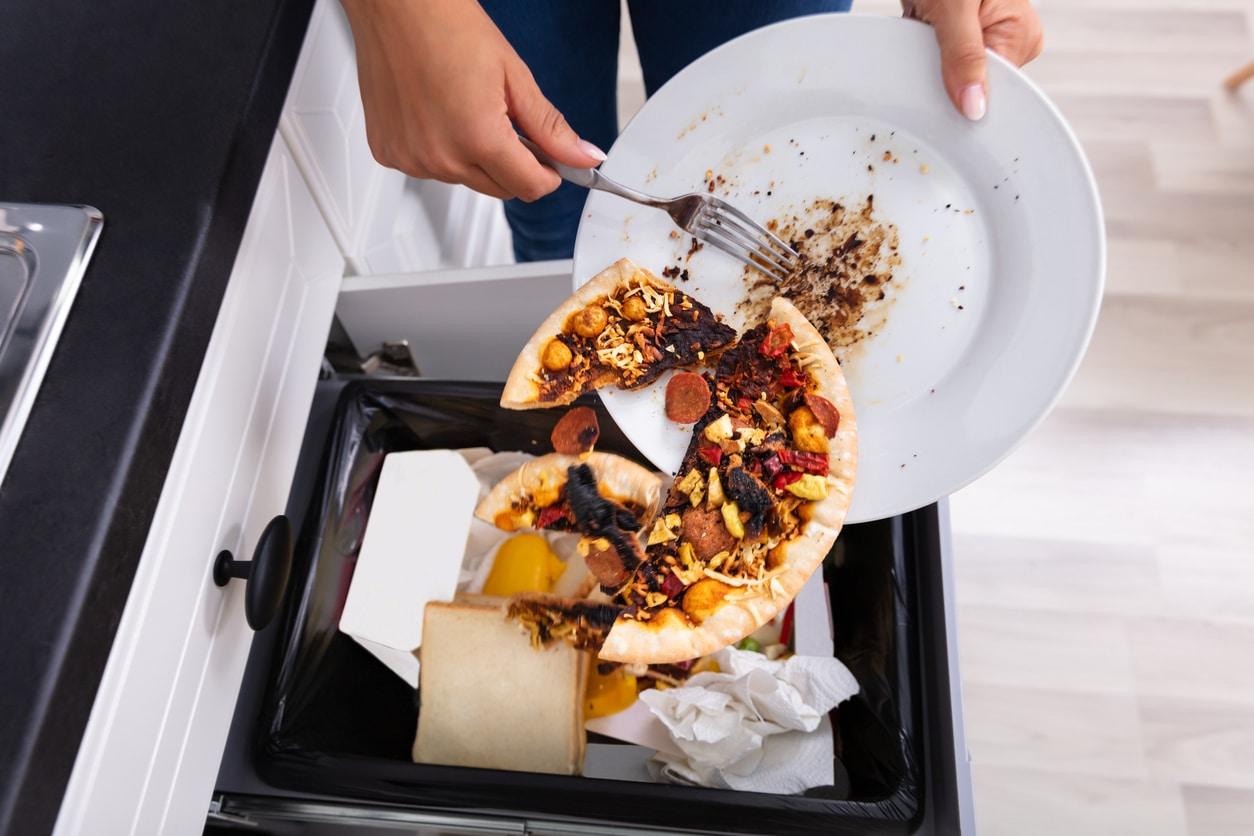 réduire gaspillage alimentaire jeter nourriture poubelle