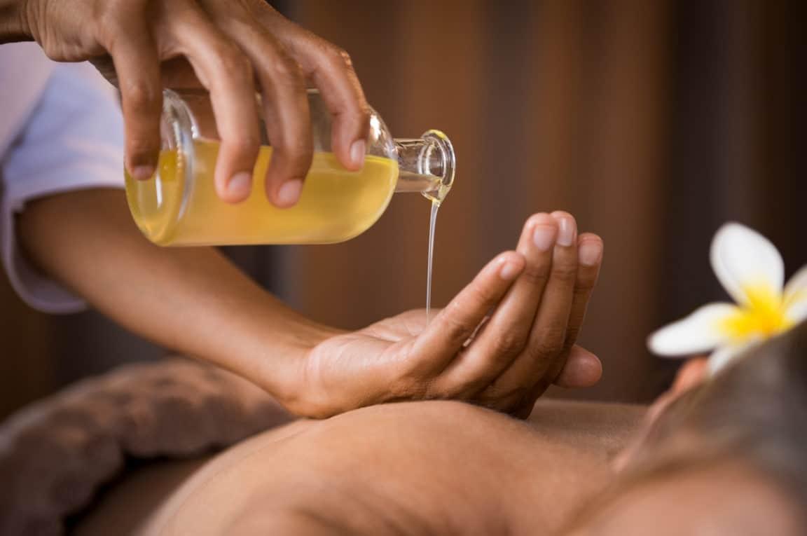 huile de massage naturelle peau fleur dos