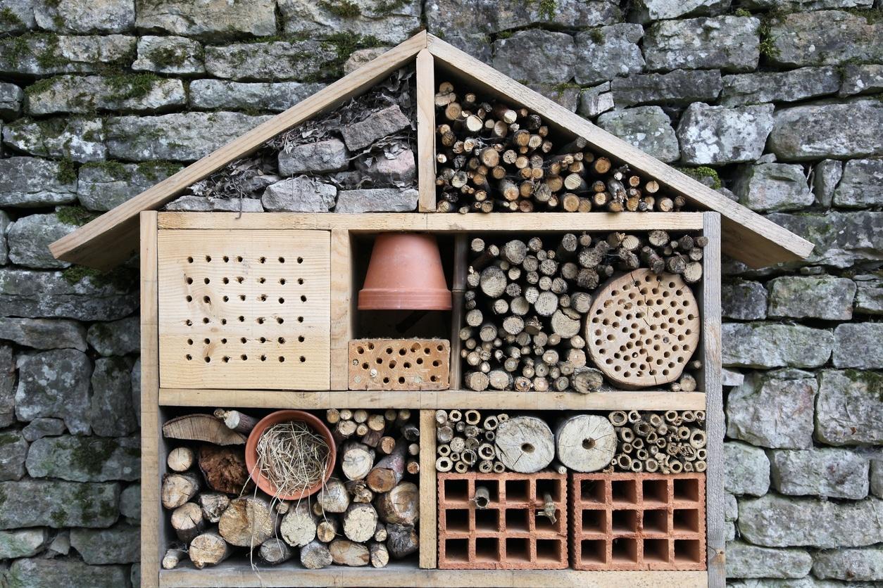 hôtel à insectes cabane abri en bois fabriquer