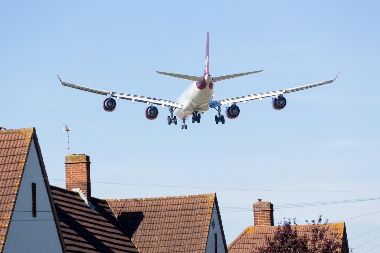 avion aéroport pollution sonore ciel maisons habitations