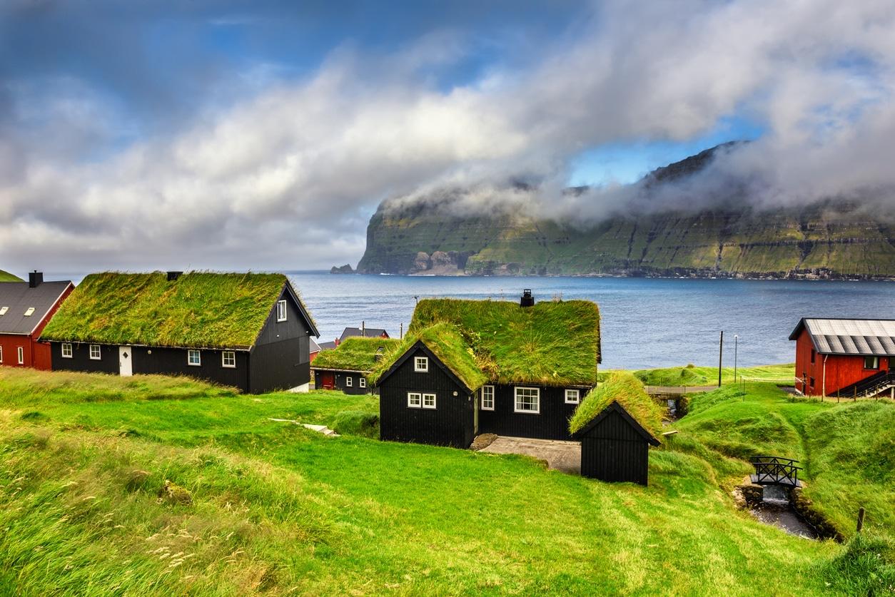 Village de Mikladalur îles Féroé Danemark toit végétal nature maisons végétalisation