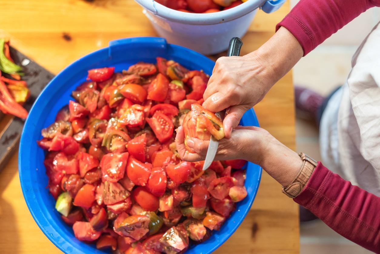 femme couper tomates saladier cuisine en masse batch cooking