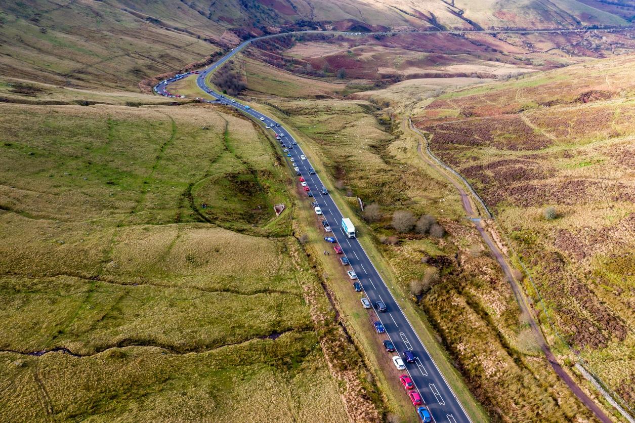 vue aérienne parc nature route trafic voiture Pays de Galles UK