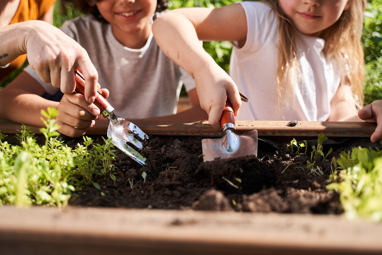 enfants jardinage terre pelle jardin cultiver nature