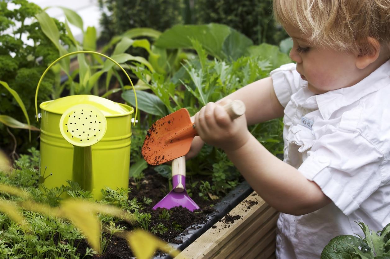 jardinage enfants jardin bébé initier terre pelle arrosoir