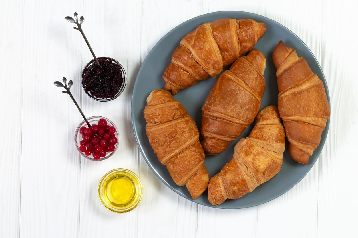 croissants recette maison beurre végétal fruits assiette