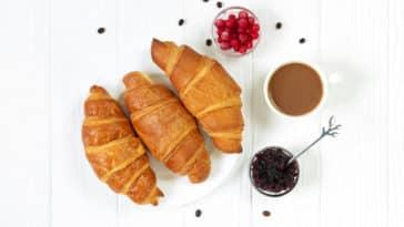 croissants recette maison beurre végétal fruits assiette café