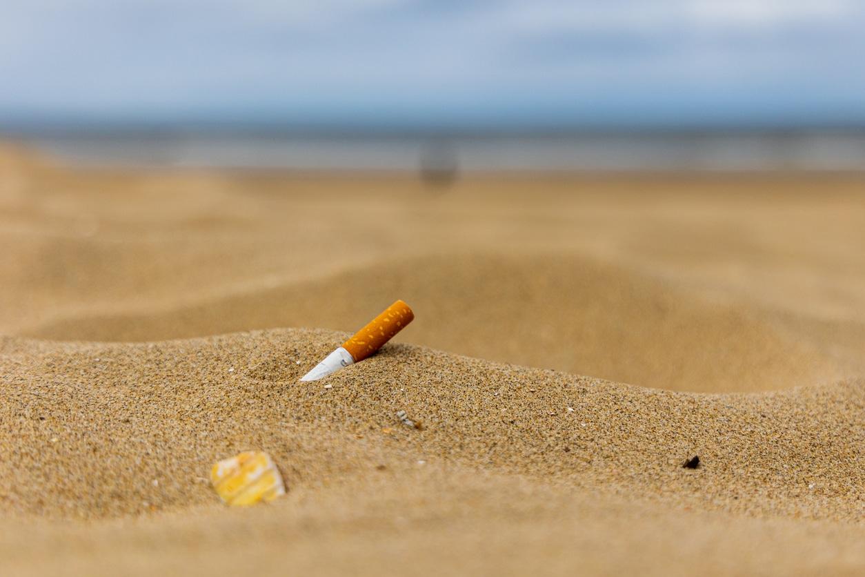 plage cigarette mégot pollution déchet fumeur