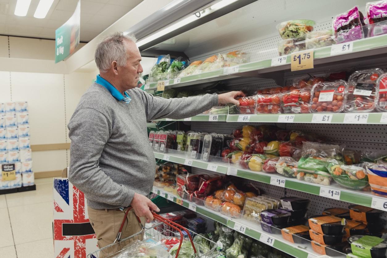 supermarché courses homme plastique fruits légumes rayon interdiction grandes surfaces