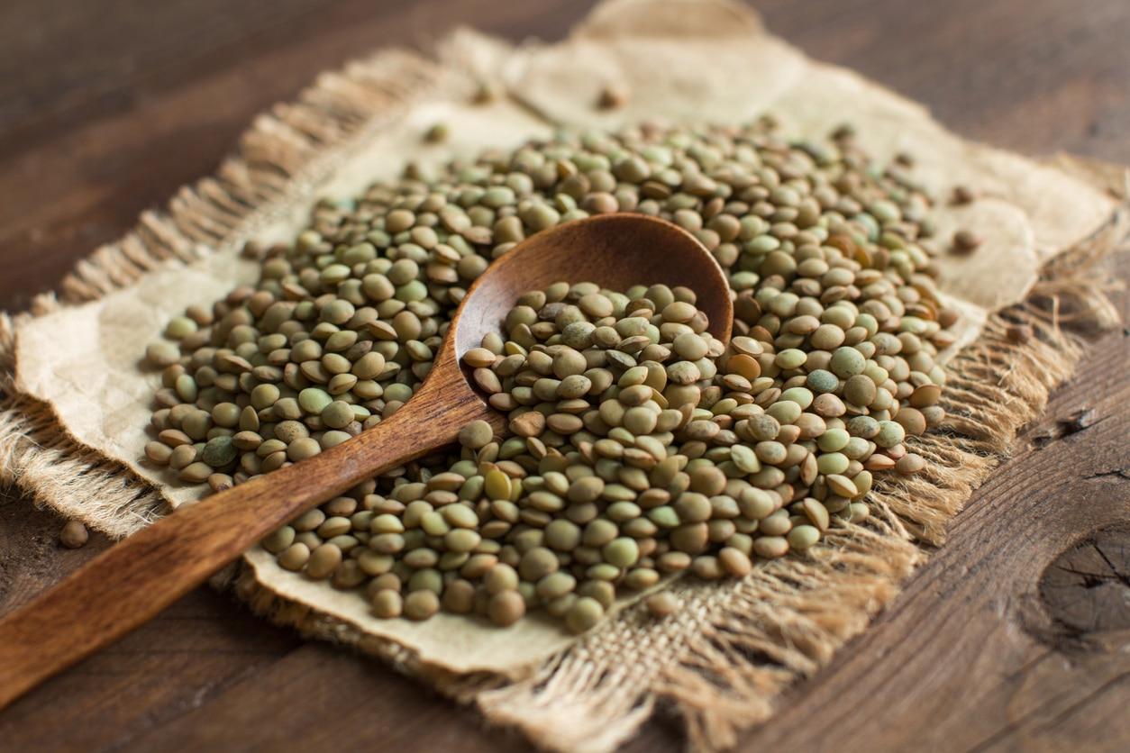 lentilles vertes céréales sèches légumineuses cuillère bois vrac protéines végétales