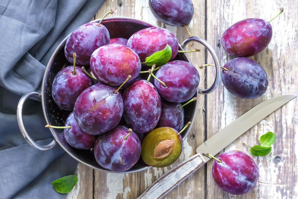 prunes fruits corbeille amandons huile de prune noyaux